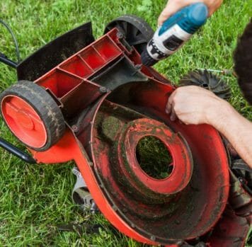 Causes Wobbly Wheels In a Lawnmower